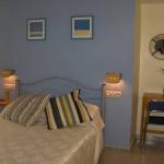 Roses: séjournez au cœur de la ville  L'établissement Hostal Puig Rom est situé au cœur de Roses, à 3 minutes à pied de la plage et à 200 mètres du port de plaisance. Il vous accueille dans des chambres équipées de la climatisation, d'une connexion Wi-Fi gratuite, d'une télévision ainsi que d'une salle de bains privative.