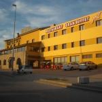 Cet hôtel à la gestion familiale est situé à La Jonquera, à seulement 8 minutes en voiture de la frontière française. Il dispose de chambres climatisées avec vue sur la montagne, connexion Wi-Fi gratuite, télévision à écran plat et salle de bains.