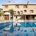 Cette maison de campagne catalane typique dispose d'une grande piscine. Elle propose également un service de massage.