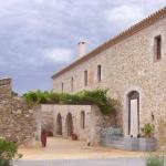 Le Turisme Rural Mas Ramades est situé dans la superbe campagne d'Empordà, près du littoral de la Costa Brava. Ce charmant établissement rural se trouve dans de vastes jardins, où poussent des légumes utilisés dans la cuisine de l'hôtel.