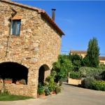 Le Can Barrull occupe une maison de campagne en pierre traditionnelle située à Sant Feliu de Boada, dans la région du Baix Empordà en Catalogne. Il met gratuitement à votre disposition des vélos, une zone Wi-Fi et un parking.