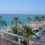 Lloret de Mar: séjournez au cœur de la ville  L'Apartaments Tropic est situé sur la promenade de front de mer de Lloret de Mar, à 5 minutes à pied du centre-ville. Tous les appartements disposent d'un balcon ou d'une terrasse offrant une vue latérale ou frontale sur la mer.