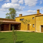 Ce manoir magnifiquement restauré et datant du XIVe siècle abrite des appartements de charme avec cheminée et terrasse privée. Situé dans la campagne en dehors de Sant Andreu Salou, le Mas Garriga dispose d'une piscine extérieure ouverte en saison ainsi que de 50 000 m² de jardins.