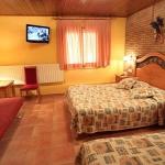 L'hôtel Sant Roc est situé sur une place tranquille dans le centre de Camprodon. Il propose des chambres rustiques, une connexion Wi-Fi gratuite dans les parties communes et un restaurant spécialisé dans la cuisine locale.