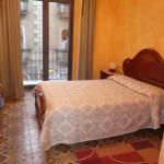 L'Hostel Adarnius est une maison d'hôtes située à La Bisbal d'Emporda, à 28 km de Gérone et à 40 km de Figueres. Il propose des chambres avec chauffage et télévision.