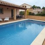 This detached holiday home with a private swimming pool in the beach town of L Escala is located only 1 km from the sea. Via the living/dining room of this nicely furnished holiday home.