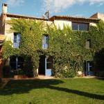 Le Ventania se situe dans le village de Serra de Daro, dans la région de Baix Emporda en Catalogne. Cette charmante maison du XIXe siècle dispose d'un jardin avec piscine et d'un salon élégant avec cheminée.