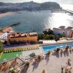 Offrant une magnifique vue panoramique sur la mer, l'Hotel Montjoi est situé dans la ville balnéaire de Sant Feliu de Guixols. Il possède une terrasse bien exposée avec 2 piscines et de beaux jardins.