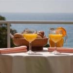 Idéalement situé à Castell-Platja d'Aro, sur la Costa Brava, l'Hotel Claramar se trouve à seulement 50 mètres de la plage. Il propose des hébergements climatisés, dotés d'un balcon, d'une télévision par satellite et d'une connexion Wi-Fi gratuite.