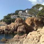 Situé à 200 mètres d'une plage privée, l'Apartamentos Cala Salions dispose d'un espace de stationnement privé et gratuit. Il propose des hébergements dont certains comportent une terrasse meublée offrant une vue sur la mer et les montagnes.