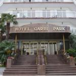 Lloret de Mar: séjournez au cœur de la ville  L'hôtel Garbi Park est situé dans un quartier animé de Lloret de Mar, à 300 mètres de la plage. Il abrite des piscines extérieure et intérieure ainsi qu'une grande terrasse bien exposée.