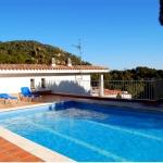 Situé à 300 mètres de la célèbre plage La Mar Menuda, à Tossa de Mar, le Maria del Mar - Holiday Houses dispose d'une piscine extérieure et d'un parking privé gratuit sur place. Cette maison répartie sur 3 étages possède une terrasse meublée offrant vue dégagée sur la plage et la mer.