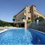 L'Hotel Sa Riera se trouve à 2 minutes de marche de la plage de Begur, la Platja Sa Riera. Il possède une piscine extérieure, un jardin et une terrasse offrantune vue sur la mer Méditerranée.