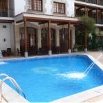 Lloret de Mar: séjournez au cœur de la ville  L'Hotel Carolina se situe dans un quartier calme de Lloret, à 175 mètres de la plage et à quelques pas du centre commercial. Ses chambres offrent une vue sur la piscine.