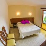 Lloret de Mar: séjournez au cœur de la ville  Situé à 450 mètres de la plage de Lloret de Mar et à environ 150 mètres du centre-ville, l'Hostal Santa Ana propose des chambres lumineuses et sobres avec salle de bains privative. Certaines disposent d'un balcon privé.