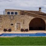Installé dans une propriété rustique du XVIIIe siècle en dehors de Juià, l'établissement Mas Trobat propose de jolies chambres avec des baignoires d'hydromassage et une connexion Wi-Fi gratuite. Il offre des vues sur la campagne et les champs environnants.