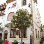 Le Pensión Can Tort est situé dans la vieille ville de Tossa de Mar, à 50 mètres de la plage et du château historique. La gare routière se trouve à 10 minutes de marche.