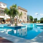 L'Hotel Castell Blanc occupe une ancienne maison de campagne catalane située dans la baie de Roses, à seulement 2,2 km des plages de la Costa Brava. Il propose une piscine extérieure, un parcours de mini-golf ainsi qu'une salle de jeux avec un billard.