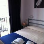 L'Hostal Sant Jordi se trouve à Tossa de Mar, à 400 mètres de la plage. Il propose des chambres équipées d'une télévision, d'un ventilateur et d'une salle de bains privative.