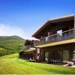 L'Hotel Resguard Dels Vents est situé dans la vallée de Ribes. Toutes les chambres possèdent une terrasse ou un accès au jardin privé.