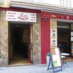 Lloret de Mar: séjournez au cœur de la ville  Situé dans une rue commerçante très animée à seulement 300 mètres de la plage de Lloret, l'Hostal Mas dispose d'un bar-restaurant et d'une zone Wi-Fi gratuite. Cette maison d'hôtes propose des chambres sobres avec salle de bains privative.