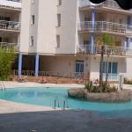 La résidence Apartaments Montecarlo - Port Canigo vous propose un logement moderne et lumineux, doté d'un balcon meublé privé surplombant la piscine extérieure commune. L'établissement est situé à côté de la réserve naturelle d'Aiguamolls, à 10 minutes en voiture du centre de Roses.