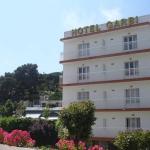 Lloret de Mar: séjournez au cœur de la ville  Situé à 300 mètres de la plage de Lloret de Mar, l'Hotel Villa Garbi dispose d'une piscine extérieure, d'une salle de jeux et d'une réception ouverte 24h/24. Un parking public est accessible gratuitement à proximité de l'établissement.