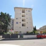L'Apartaments Montecarlo - Roca Llarga propose des appartements climatisés situés à 3 minutes de marche de la plage de sable fin de Santa Margarita de Roses. Ils disposent d'un balcon meublé avec vue sur la ville.
