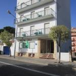 Doté d'une connexion Wi-Fi gratuite, l'Hostal Cruz se trouve à Tossa del Mar, à 5 minutes à pied de la plage. Toutes les chambres de la maison d'hôtes offrent une vue sur le jardin commun.