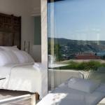 Situé à Cadaqués, à seulement 2 minutes à pied de la maison de Salvador Dali, l'Hotel Calma Blanca dispose d'une piscine extérieure chauffée et d'un spa. Il offre une vue imprenable sur la campagne environnante et la mer.
