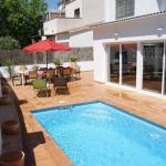 Situé à seulement 200 mètres de la plage de Salatà et à 15 minutes à pied du centre de Roses, l'Agi Las Acacias dispose d'une piscine extérieure avec chaises longues. Chaque appartement climatisé comprend une salle de bains avec une baignoire ou une douche.