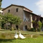 Proposant un jardin verdoyant et une terrasse meublée avec barbecue, cette jolie maison de campagne est située à Sant Feliu de Pallerols. Vous aurez la possibilité de louer des chambres ou bien toute la maison.