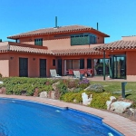 This holiday home is situated in the first row of the golf course. It is a large house with 2 storeys in Torremirona, in a quiet, sunny position, on the golf course.