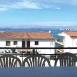 L'Apartment Les Roques B Roses est un appartement de 4 pièces situé au 1er étage, à 2,5 km du centre de Roses et à 900 mètres de la mer. Il dispose d'un salon/salle à manger avec 1 canapé-lit double, et de 3 chambres doubles.