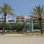 Roses: séjournez au cœur de la ville  Apartment block Apartment Av Rhode 89 Roses has 5 storeys in the centre of Roses, in a central position. It is only 25 m from the sea, directly by the beach, road to cross, on a main road.