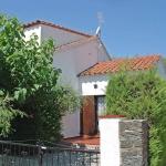 L'Holiday Home Mas Matas C2 Roses occupe une maison mitoyenne de 2 étages située dans le quartier de Mas Matas, à 2 km du centre-ville de Roses. Elle bénéficie d'un emplacement paisible et bien exposé.