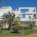 Le Platja De Roses X Apartment Roses est situé à 300 mètres du centre de Roses, à seulement 25 mètres de la mer et de la plage de sable de Roses. Cet appartement de 2 chambres (65 m² de surface au rez-de-chaussé, avec vue sur la mer, dispose d'un séjour/salle à manger, d'une cuisine ouverte avec bar, et d'une terrasse meublée.