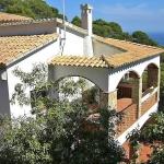 L'Apartment Es Raco II Begur est un hébergement indépendant situé à Begur, à 2 km de la mer. L'appartement comprend un séjour / salle à manger avec cheminée et une terrasse.