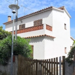 This is a four room house on 2 levels, 2 km from the center of L'Escala. There is a living/dining room with open fireplace and TV (flat screen TV).