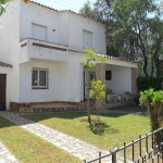 This is a three room house of 50 m2 on 2 levels There is a living/dining room with open fireplace and satellite-TV. An exit to the garden and to the terrace.
