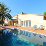 This four-bedroom house can be found in the district of Mas Boscà 4 km from the centre of Roses. It was renovated in 2002.