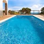 Installée à Lloret de Mar, la Casa Julia est une villa, située sur la Costa Brava, en Espagne. Elle dispose d'une cuisine équipée, d'un salon/salle à manger, de 4 chambres, d'une salle de bains/toilettes, d'une piscine, d'un système de chauffage central et d'une terrasse.