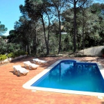 This holiday home is located in Lloret de Mar, Costa Brava, Spain and it's around 100 m2. It offers an equipped kitchen/living room, 3 bedrooms, bath/WC, swimming pool, terrace and garden.