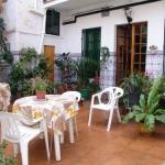 L'Hostal Carmen Pepi, situé à 200 mètres de Tossa de Mar, propose des chambres climatisées avec une salle de bains privative. La plage populaire Playa Codolar se trouve à 10 minutes à pied et vous profiterez d'une connexion Wi-Fi gratuitement.