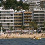 Lloret de Mar: séjournez au cœur de la ville  L'Hotel Athene est situé dans un cadre idéal en bord de mer, dans la station balnéaire animée de la Costa Brava Lloret de Mar. Il dispose d'un toit-terrasse offrant une vue sur la mer doté de chaises longues et de tables de ping-pong.