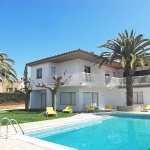 Located in Calonge, Villa Calonge VII offers outdoor pool. The villa will provide you with a terrace, a TV and a DVDplayer.