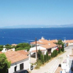 Offering an outdoor pool, Holiday home Passatge Garbinell is located in L'Escala. There is a full kitchen with a dishwasher and a microwave.