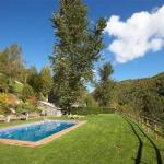 Situé au cœur du parc animalier de Mollo dans les Pyrénées, l'Apartamentos Rurales Les Barnedes bénéficie d'un vaste jardin, d'une piscine extérieure commune et d'une belle vue sur les montagnes. Ses appartements chauffés disposent d'une partie du jardin privée et dotée d'un coin repas ainsi que de chaises longues.