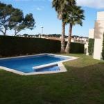 Possédant une piscine extérieure et un jardin communs, le CB4R Pedró occupe une maison mitoyenne moderne répartie sur trois niveaux. Situé à 200 mètres de la plage d'Empúries, il est pourvu de la climatisation et d'une terrasse privée.