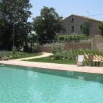 Situé dans le petit village de Fontanilles, à 15 minutes de route de la côte méditerranéenne, le Mas Vermell dispose d'une piscine commune pourvue de chaises longues et d'une terrasse munie d'un barbecue. Les appartements sont aménagés dans une maison de campagne traditionnelle catalane construite au XVIIe siècle et ont été rénovés par la suite.